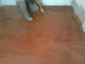 Pavimento in cotto durante la manutenzione